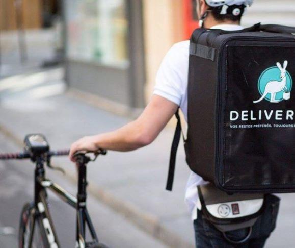 Rider in mascherina per la consegna dei pasti nel lockdown a Delivery donazione