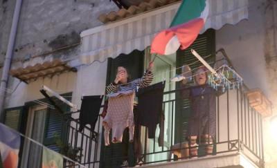 inno-ditalia-tutti-insieme-dal-balcone