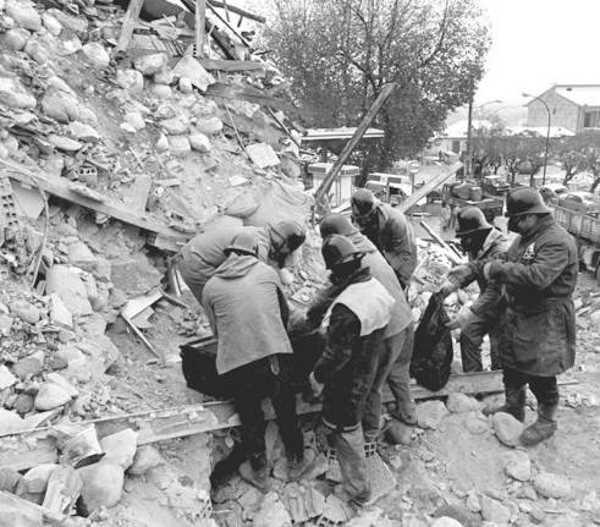 23 novembre terremoto Irpinia, un minuto di silenzio alle 19.34, in coincidenza con l'ora della prima scossa di quarant'anni fa, terremoto più violento registrato in Italia dopo la Seconda Guerra Mondiale, di magnitudo 6.9 che uccise 3.000 persone