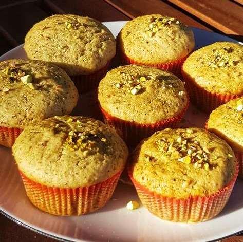 Muffins vegani al pistacchio ripieni di crema al pistacchio, una delizia tutta da scoprire ad ogni morso. Una dolce tentazione tutta vegetale, deliziosa e semplice da preparare (grazie al video!).