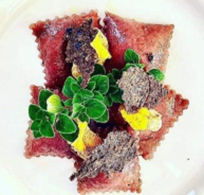 Ravioli vegani alla barbabietola con ripieno di ricotta vegetale e olive