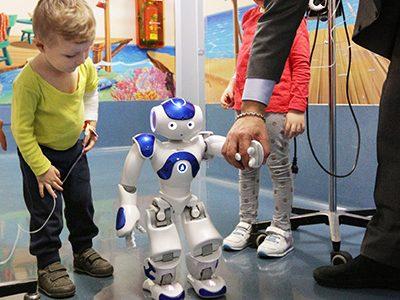 Arriva Nao, il robot che parla con i bambini malati. Donato all'ospedale Sant'Orsola di Bologna