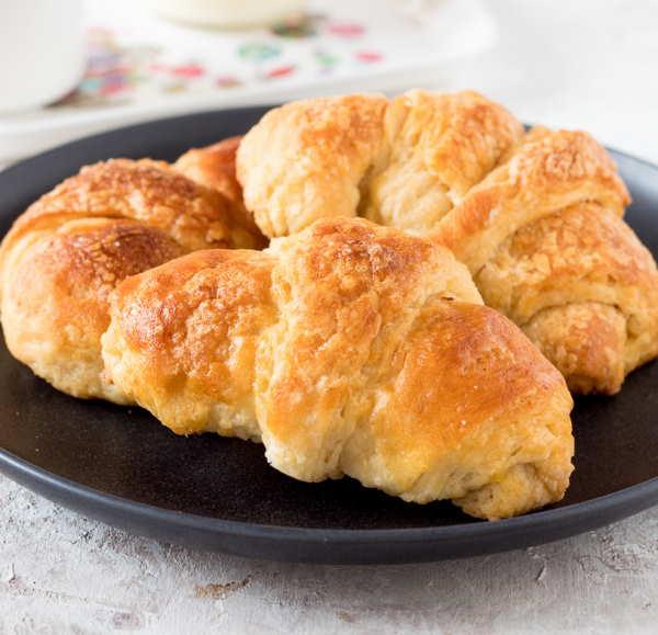 Croissant vegano è una ricetta davvero semplice con utilizzo di una miscela di farina e di olio di cocco non raffinato invece del burro o della margarina.