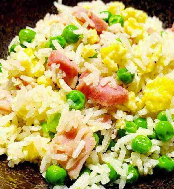 Riso cantonese vegano è una rivisitazione davvero gustosa di uno dei piatti più famosi della cucina orientale. Un piatto unico, ricco di verdura e fonti proteiche come tofu e frittatine di ceci.