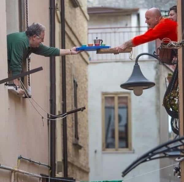 Foto caffè dalla finestra divenuta virale