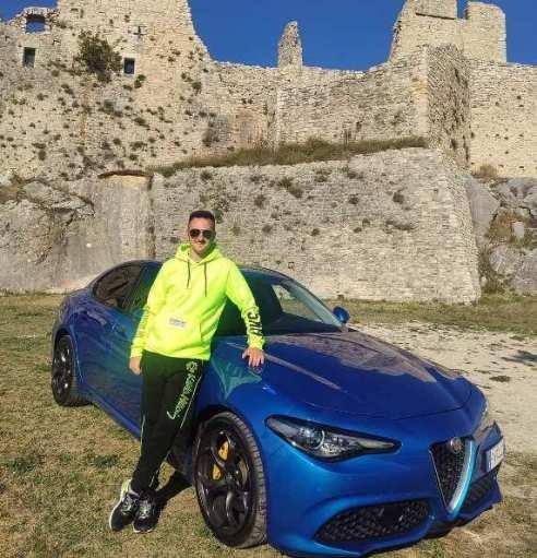 Tanti auguri Luigi Villarosa che compie 27 anni animato dalla sua passione per le auto, la velocità, i viaggi, i motori, senza far mancare mail il suo aiuto a chi è meno fortunato. Alla guida della sua Giulia Veloce si sente un vero e proprio guerriero