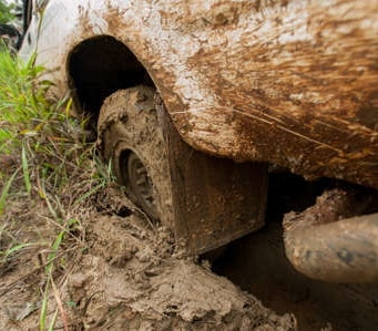 Un amore impantanato. Bloccato nel fango per raggiungere la fidanzata, salvato dai Carabinieri