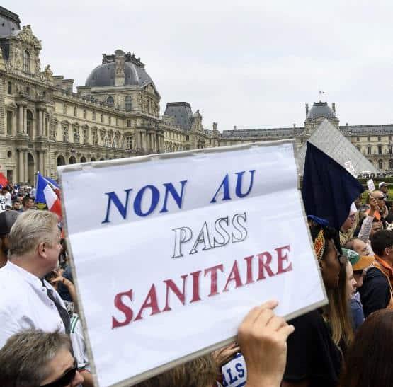 Parigi protesta contro GreenPass. Migliaia di manifestanti si ribellano al governo