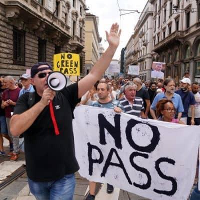 Continuano proteste contro Greenpass nelle piazze italiane