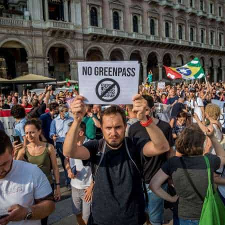 """Proteste nel paese, """"libertà"""" e il grido contro il Green Pass"""