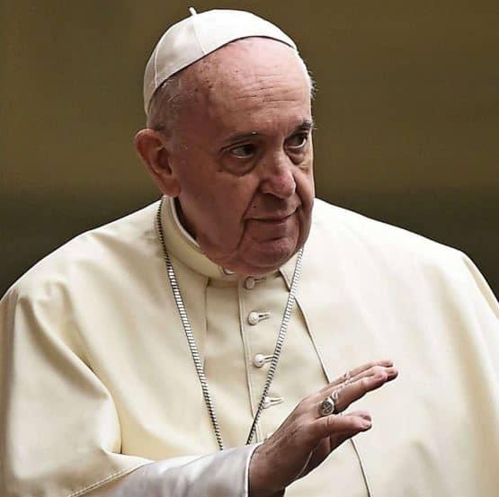 """Bergoglio contro i negazionisti: """"Sono anche tra i cardinali, uno è ricoverato'"""""""