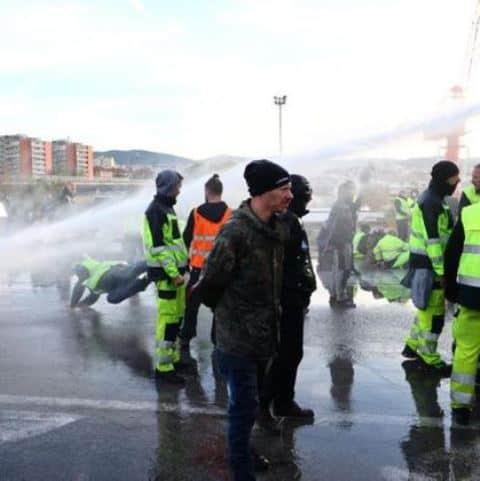 Sgombero manifestanti no Greenpass. Poliziotti azionano idratanti e lacrimogeni sulla folla a Trieste